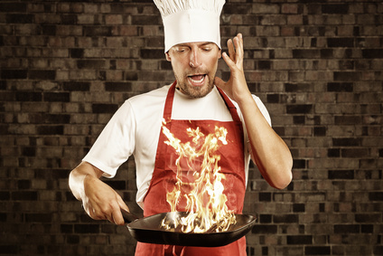 Koch hat Panik vor brennender Pfanne
