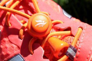 Oranger Stopper, orange elastische Schnürsenkel und Laufschuh