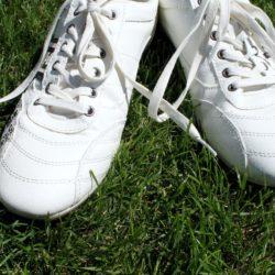 weiße Schuhe mit Schlaufen