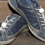 Foto Schuhe mit elastischen weißen Schuhbändern